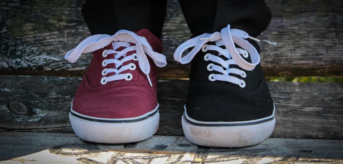 Schuhe rot und schwarz